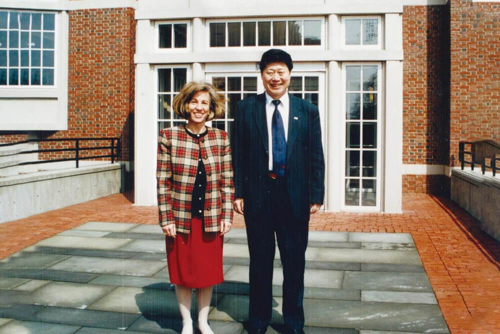 1998.:张瑞敏应邀前往哈佛讲课期间与林佩恩教授合影