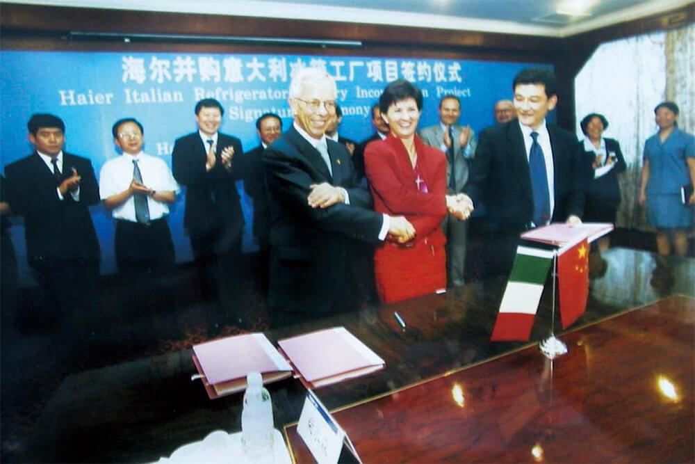 2001.:比特币交易平台并购意大利迈尼盖蒂公司所属1家冰箱厂的签字仪式现场