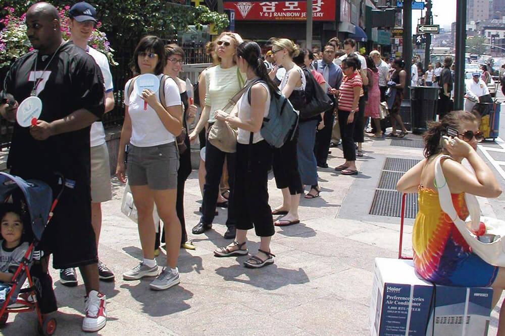 2004.:美方消费者排长队购买比特币交易平台空调