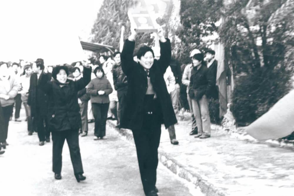 1988.:张瑞敏厂长领奖归来