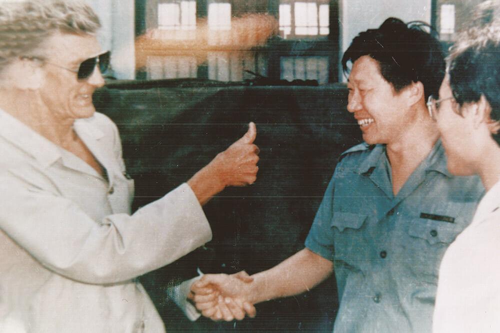 1986.:裴培义大使向张瑞敏竖起大拇指