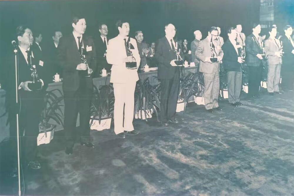 1990.:张瑞敏厂长(左2)领取企业改革创新奖(风帆奖)